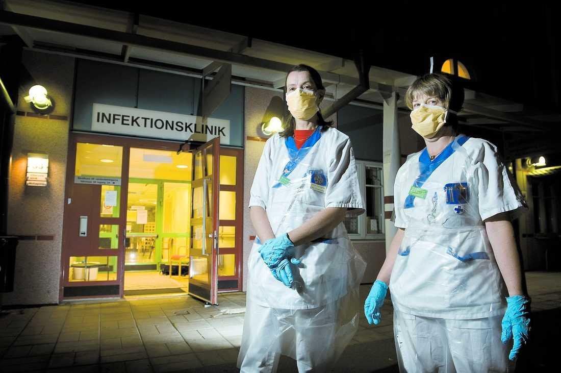 """NATTÖPPET Från och med i dag är infektionsmottagningen på Akademiska sjukhuset i Uppsala öppen även nattetid–för att influensapatienter inte ska blandas med övriga intagna på akuten. """"Vi är beredda"""", säger Sissi Lundgren, ansvarig sjuksköterska. Till höger står sjuksköterskan Lena Lindström."""