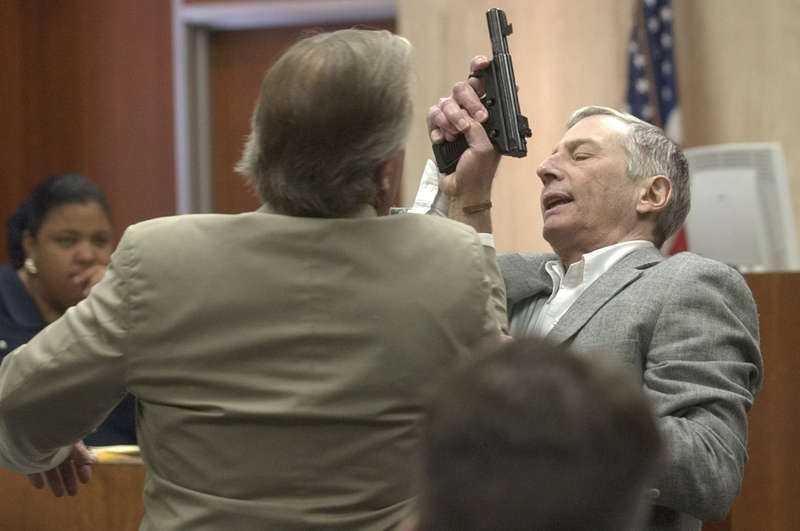 Under rättegången 2003 friades Robert Durst för mord. Han hävdade självförsvar mot vännen Morris Black. Här visar han och advokat Dick DeGuerin hur bråket ska ha gått till - som slutade med att Durst styckade och dumpade Blacks kropp.