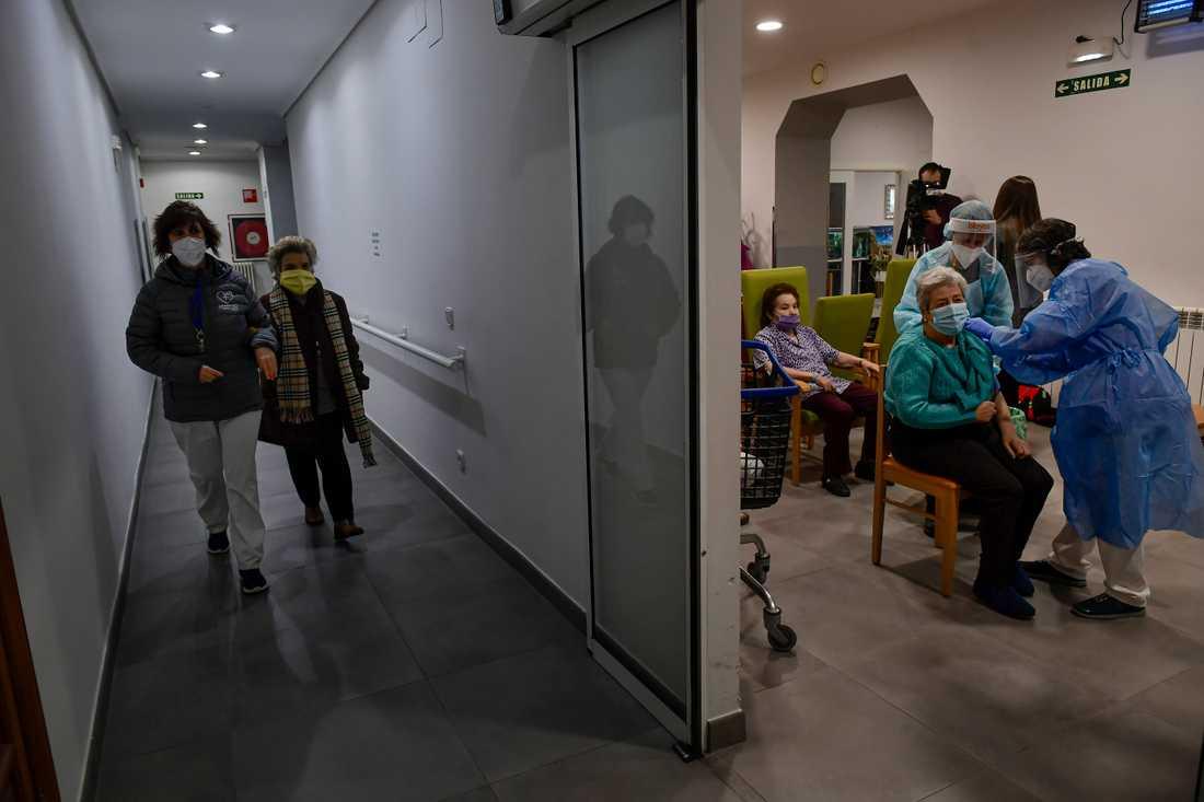Spaniens högst rankade militär avgår efter att det framkommit att han hoppat före vårdanställda och äldre i kön till coronavaccin. Arkivbild.