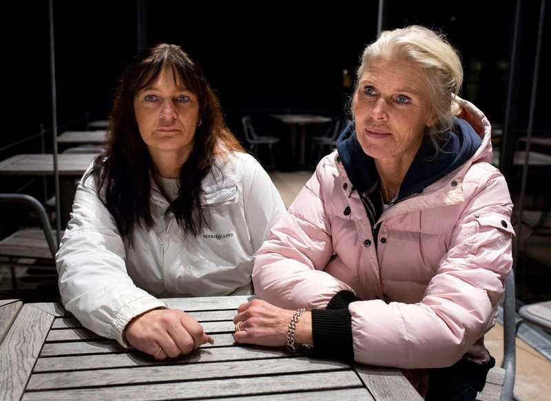 """KRÄVER SVAR Deras mormor ville få flytta in på ett äldreboende med sin man men under mötet med kommunen gick hon ut på balkongen och hoppade. Kvinnan skadades så svårt i fallet att hennes liv inte gick att rädda. """"Vi kräver att få veta hur detta kunde hända"""", säger barnbarnen Kajsa Ljung, 48, och Lotta Eklund, 45."""