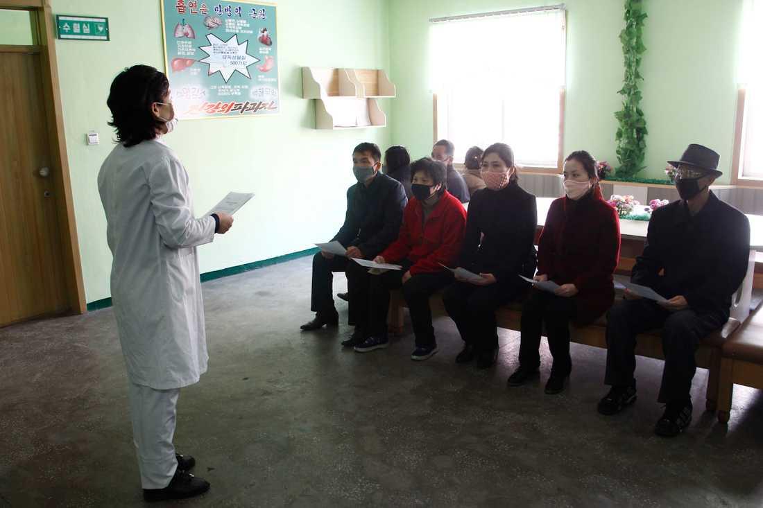 En sjuksköterska i Pyongyang informerar om coronaviruset och hur man kan undvika att smittas.