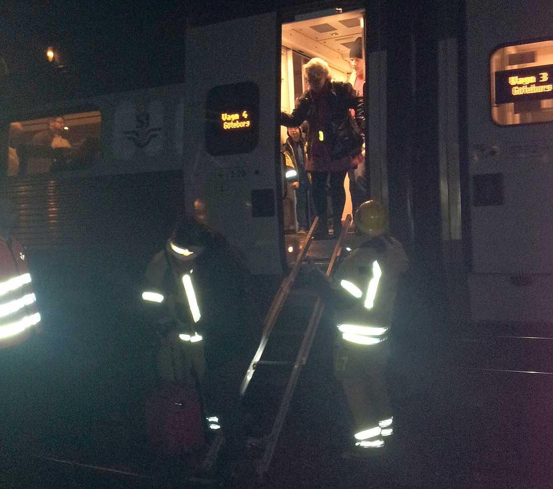 TÅGET TÖMDES Över 500 passagerare tvingades vänta i timmar på vidare transport när deras tåg stannade i Pålsboda utanför Hallsberg i går.