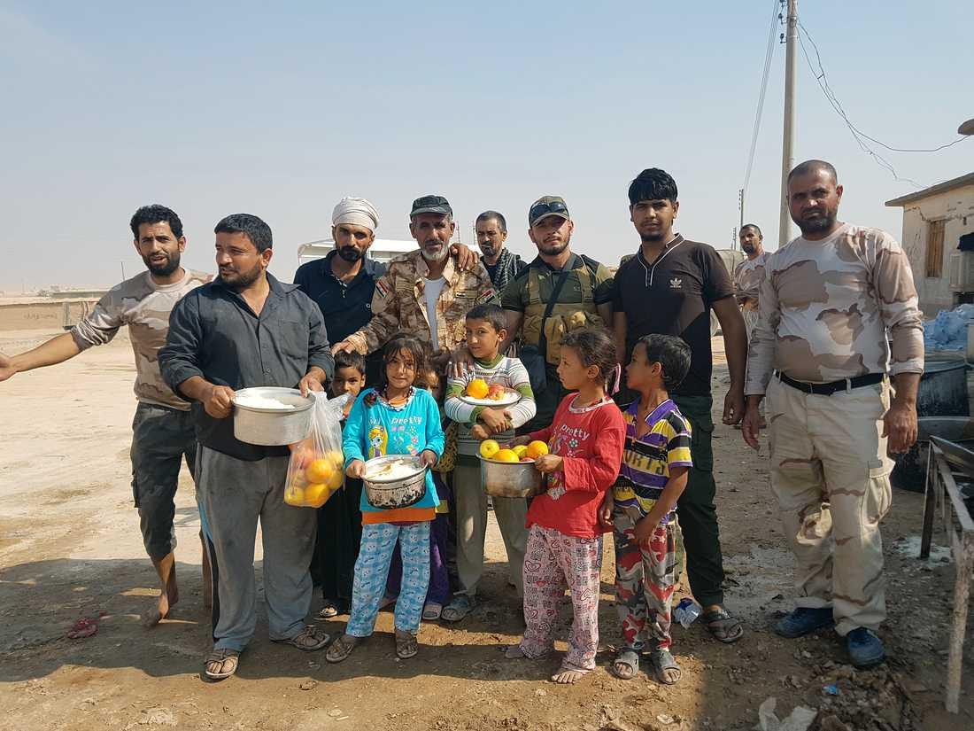 Shiamilisen PMU delar ut mat och vatten till flyktingar väster om Mosul.
