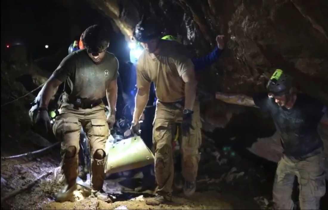 En pojke evakueras ur grottan. Arkivbild från 2018.