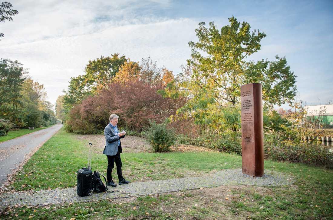 Ett rostfärgat minnesmärke över Chris Gufferoy restes 2003 på det som skulle ha varit hans 35-årsdag.