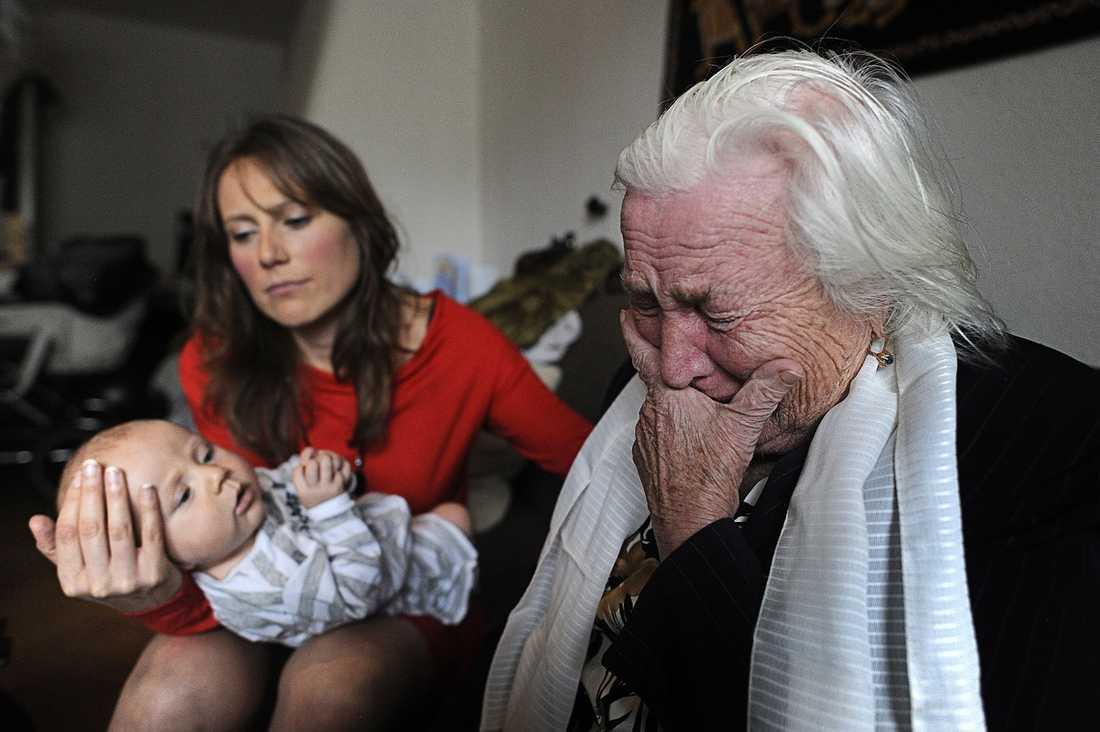 """HJÄLPLÖS Barnbarnet Anna Otto kämpar för att svårt dementa Ganna ska få stanna i Sverige. """"Det är som att kasta min mormor utför ett stup"""", säger hon."""