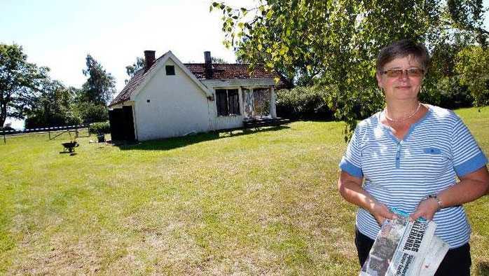 Ingegerd Mejvik vid sin nedbrunna villa.