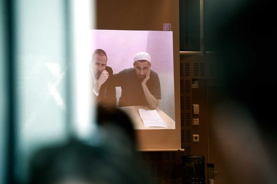 Rakhmat Akilov, till höger bredvid sin tolk vid förra häktningsförhandlingen.
