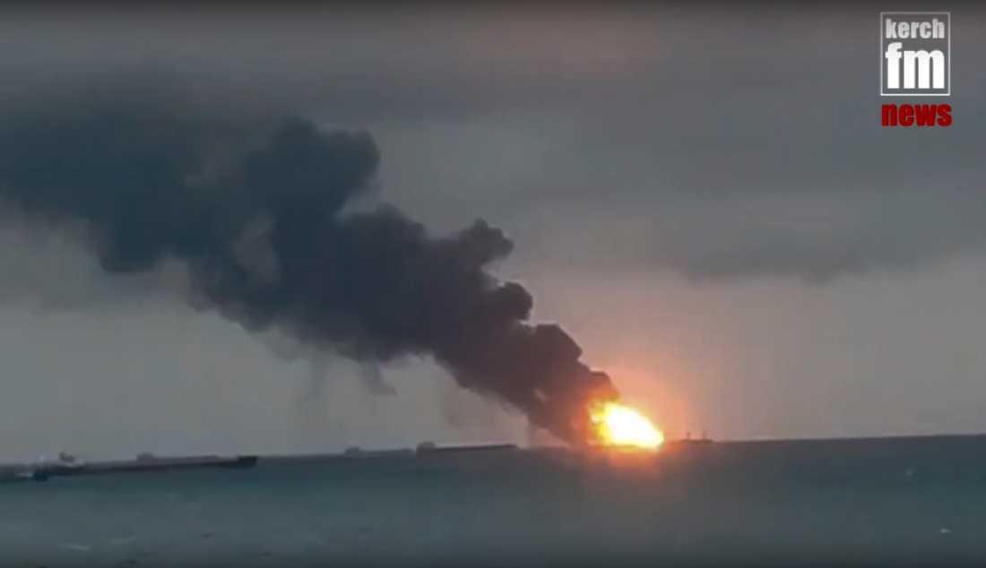 En stillbild från en video från nyhetssajten Kerch.fm visar branden på de två fartygen vid Kertjsundet på måndagen.
