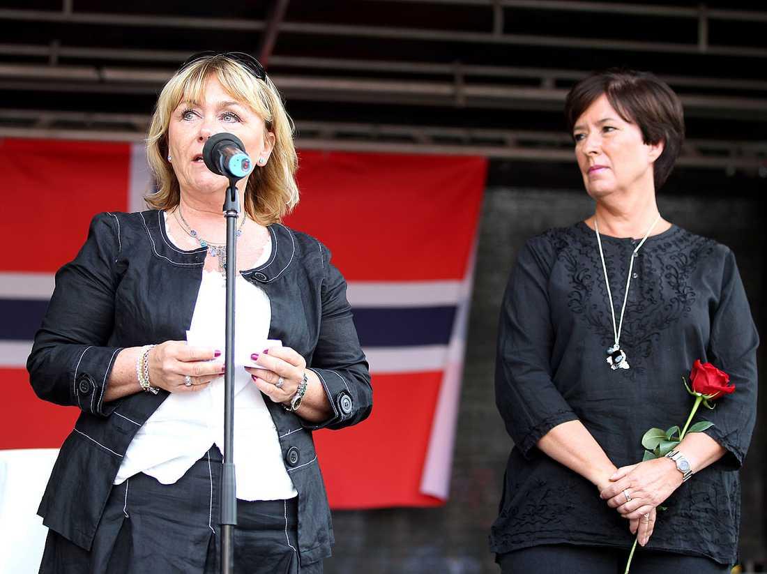 Beatrice Ask (M) och Mona Sahlin (S) lade de politiska skillnaderna åt sidan och var båda på plats på Sergels torg.