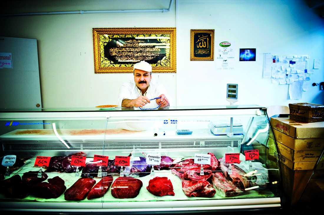 """""""Jag är köttmästare"""" Hassan Abbas säljer halalslaktat kött i Tensta. """"Jag tycker mycket om Sverige. Jag ska aldrig flytta härifrån"""", säger han."""