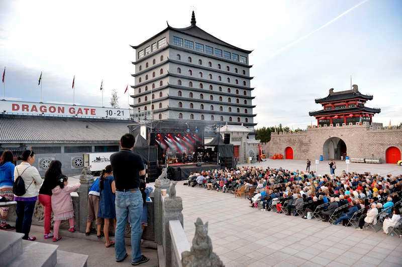 Folkfest. Många var på plats när Dragon Gate invigdes.