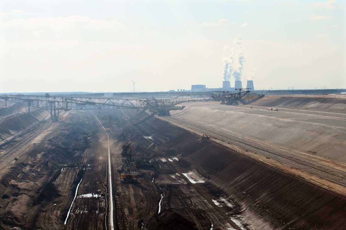 Vattenfalls kolbrott Welzom-Süd, Brandenburg i Tyskland. Vid horisonten syns kraftverket Jänschwalde.