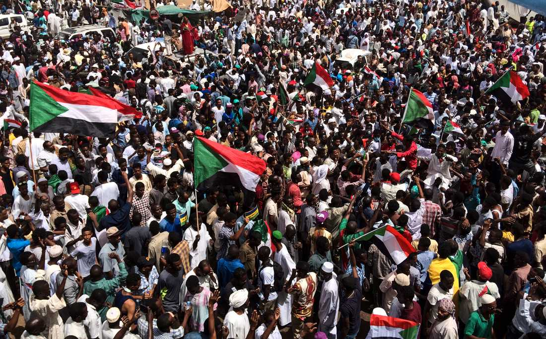 Tusentals protesterade i Sudans huvudstad Khartum på fredagen.