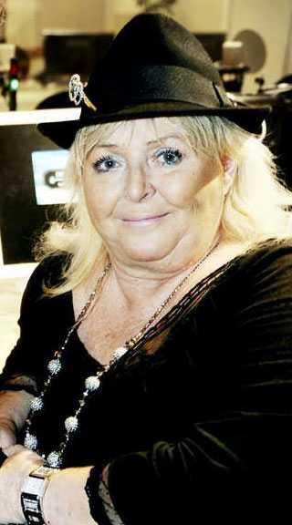 """Kikki Danielsson, 60 I sin bok """"Kikki Danielsson – ett schlagerliv"""" berättar den folkkära artisten Kikki Danielsson, 60, om hur hon på 90-talet började missbruka alkohol för att stå ut i sitt kärlekslösa äktenskap med musikern Kjell Roos. Två gånger åkte hon fast för rattfylleri, dels 1999, då hon körde av vägen, dels 2004. Paret separerade 1999."""