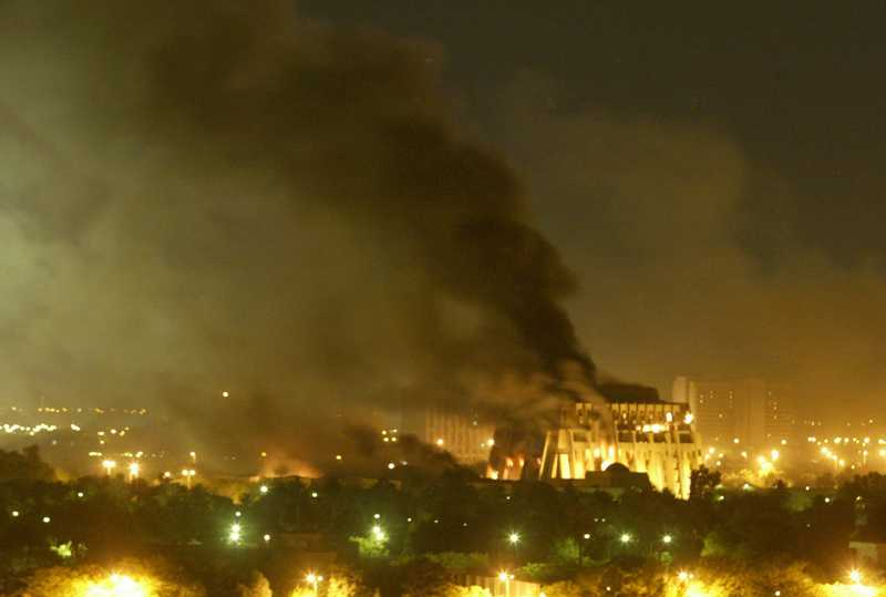 En regeringsbyggnad brinner i Bagdad, den 21 mars 2003.
