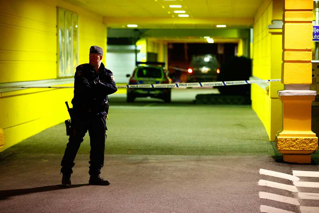 Polis och avspärrningar efter skottlossningen.