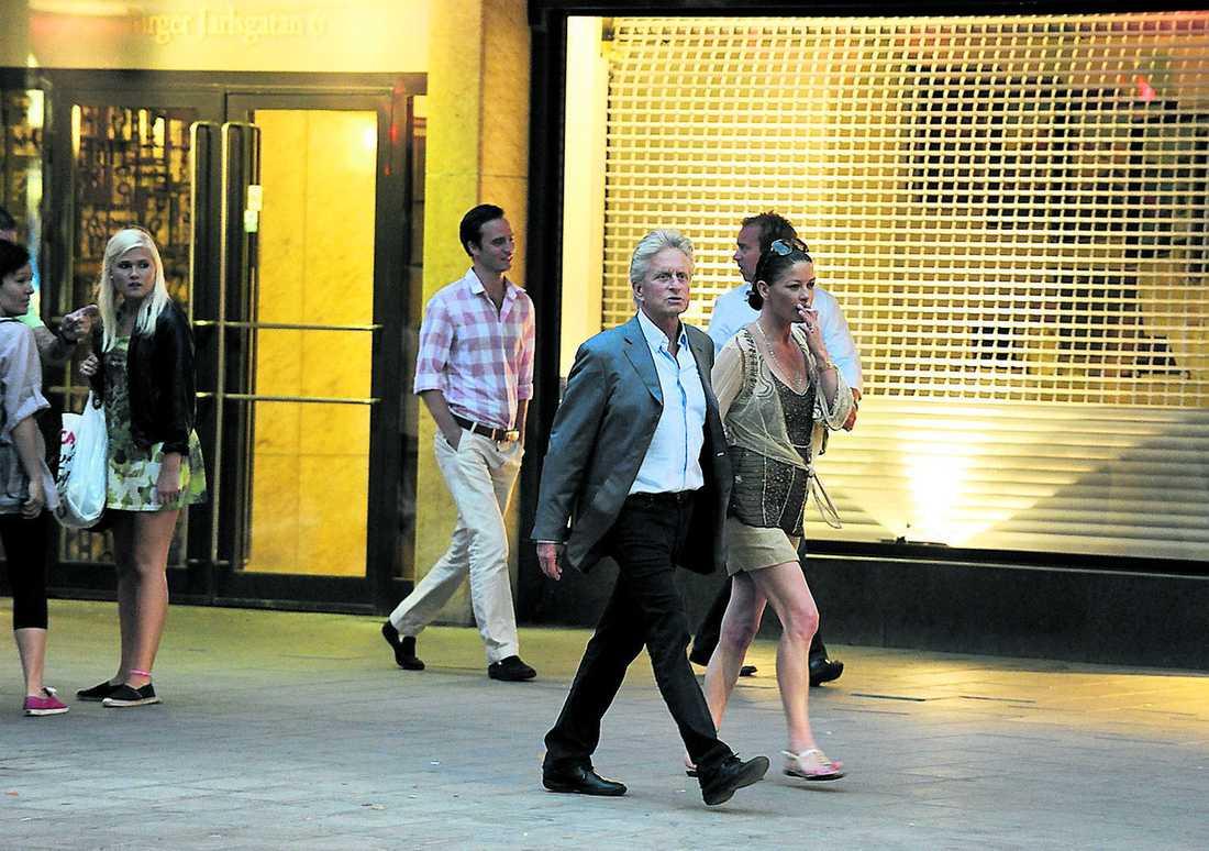Promenerade hand i hanD Hollywoodparet åt middag på Sturehof. Sedan gick de sakta tillbaka mot Grand Hôtel, där de bor under Sverigebesöket.