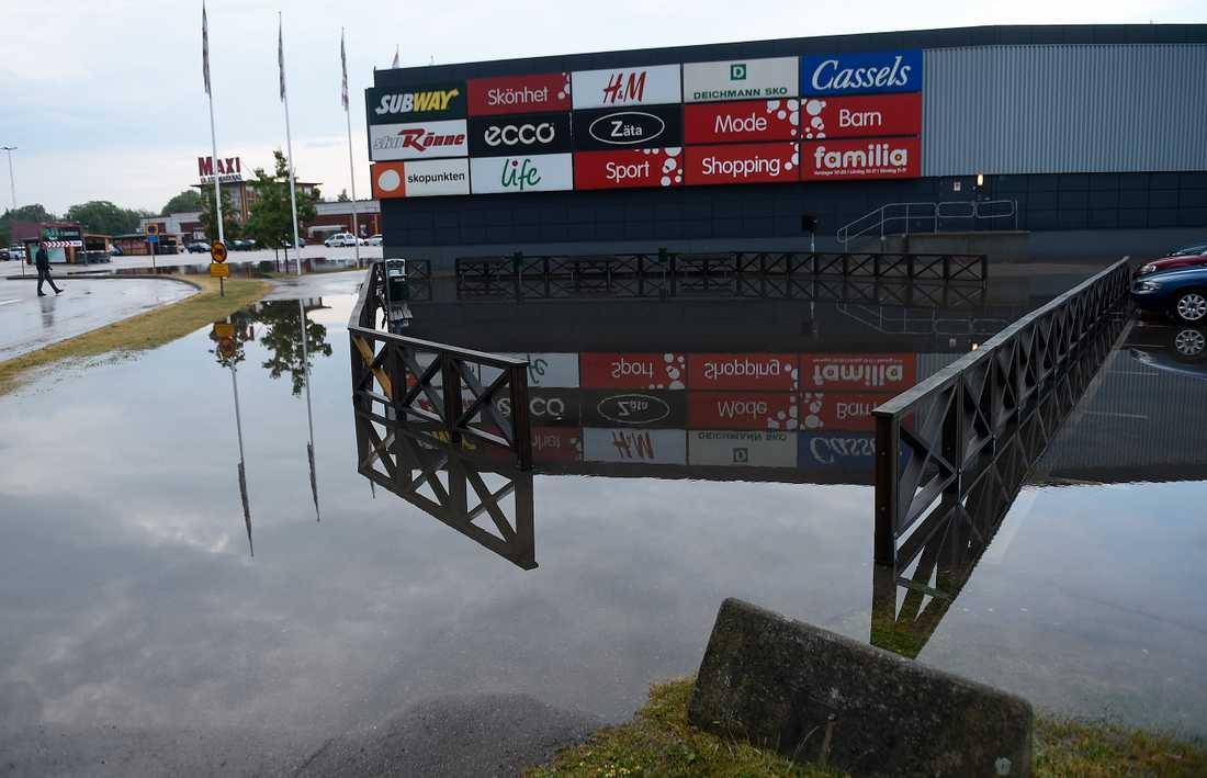 Översvämmat på Familia köpcentrum i Hyllinge efter att kraftiga åskskurar drabbat södra Sverige på onsdagen.