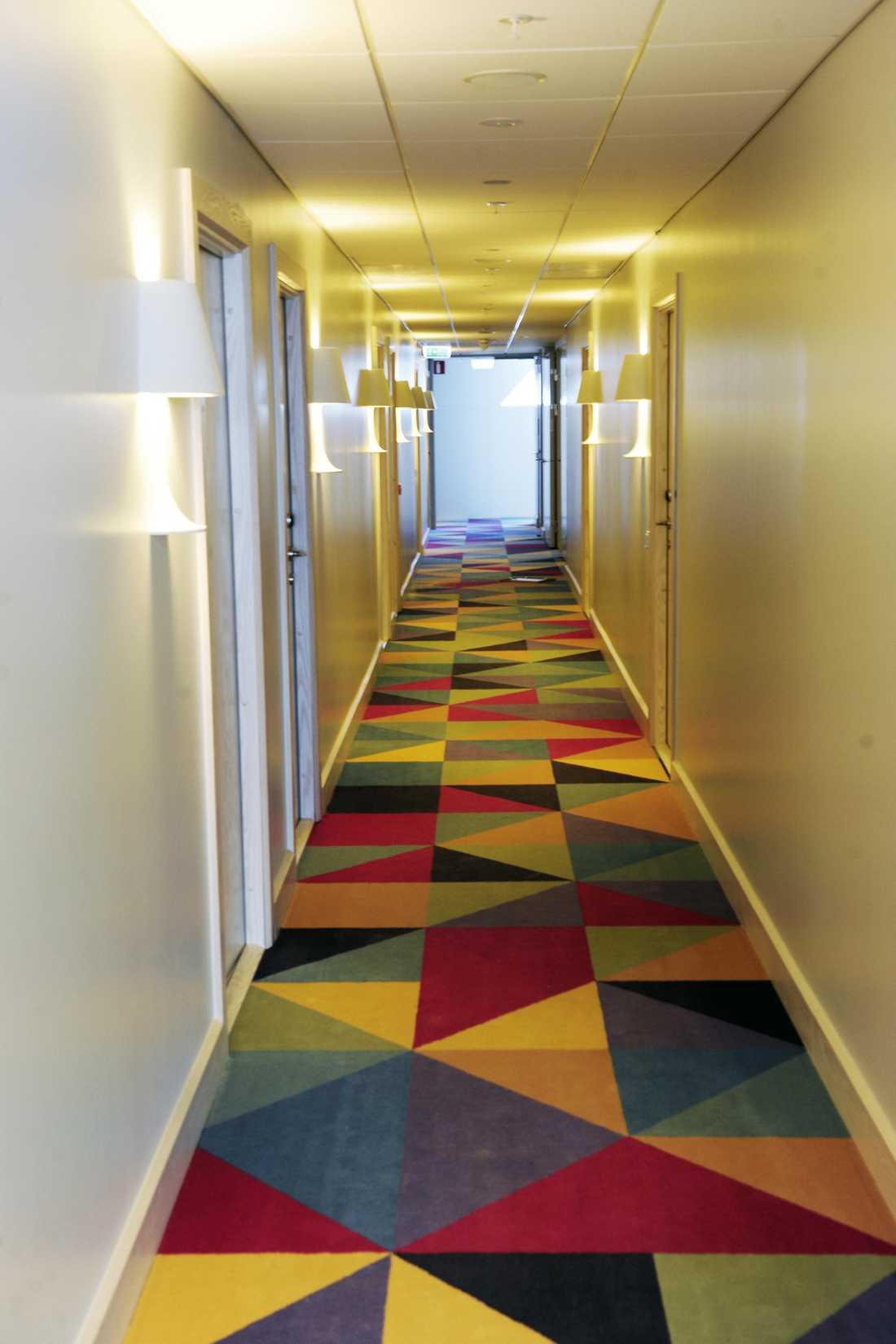 Trekantsmönstret från fönstren går igen i korridorernas mattor.