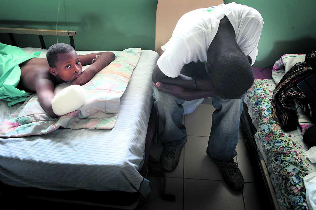30 läkare jobbar dygnet runt En man gråter. Läkarna var tvungen att amputera sonens hand efter jordbävningen. De är på Saint Damien-sjukhuset i Haiti som är byggt för 140 barn. Nu trängs 800 patienter i |alla åldrar. Trettio läkare från hela världen arbetar dygnet runt med svårt skadade, och övergivna barn.