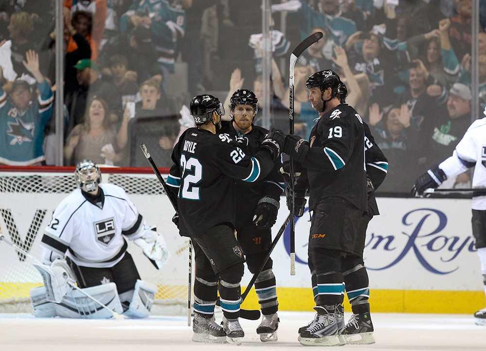 Sharks körde över Kings. I bakgrunden knäböjer Los Angeles-keepern Jonathan Quick.