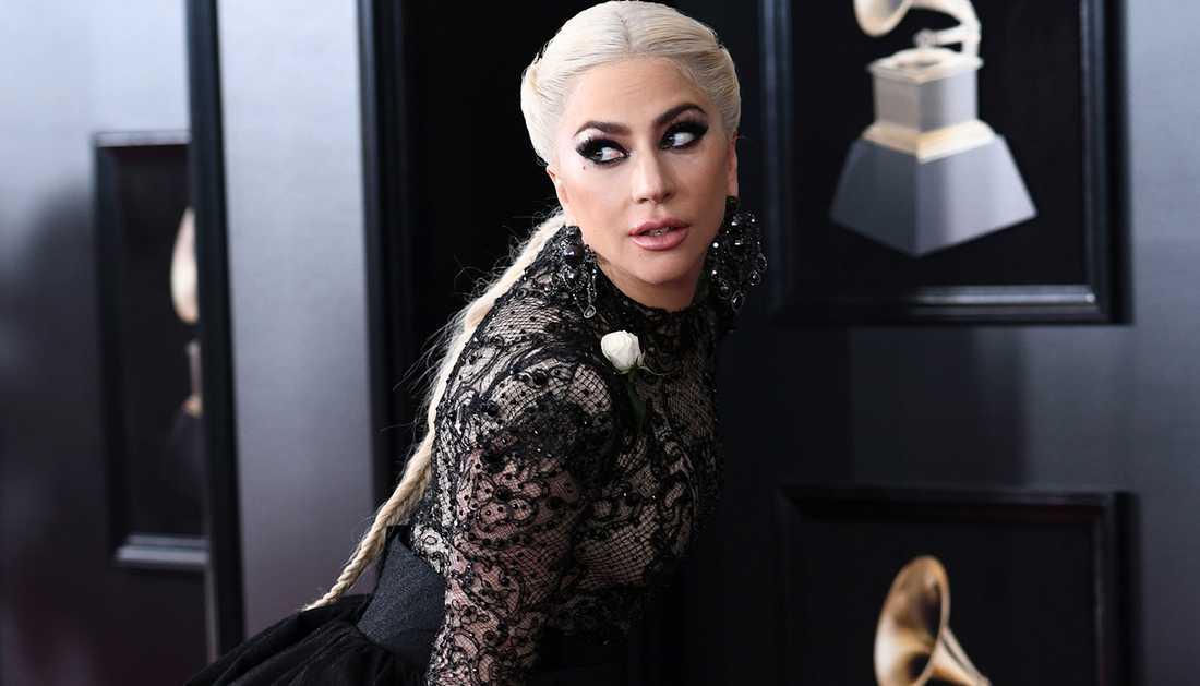 Lady Gaga på röda mattan med en vit ros.