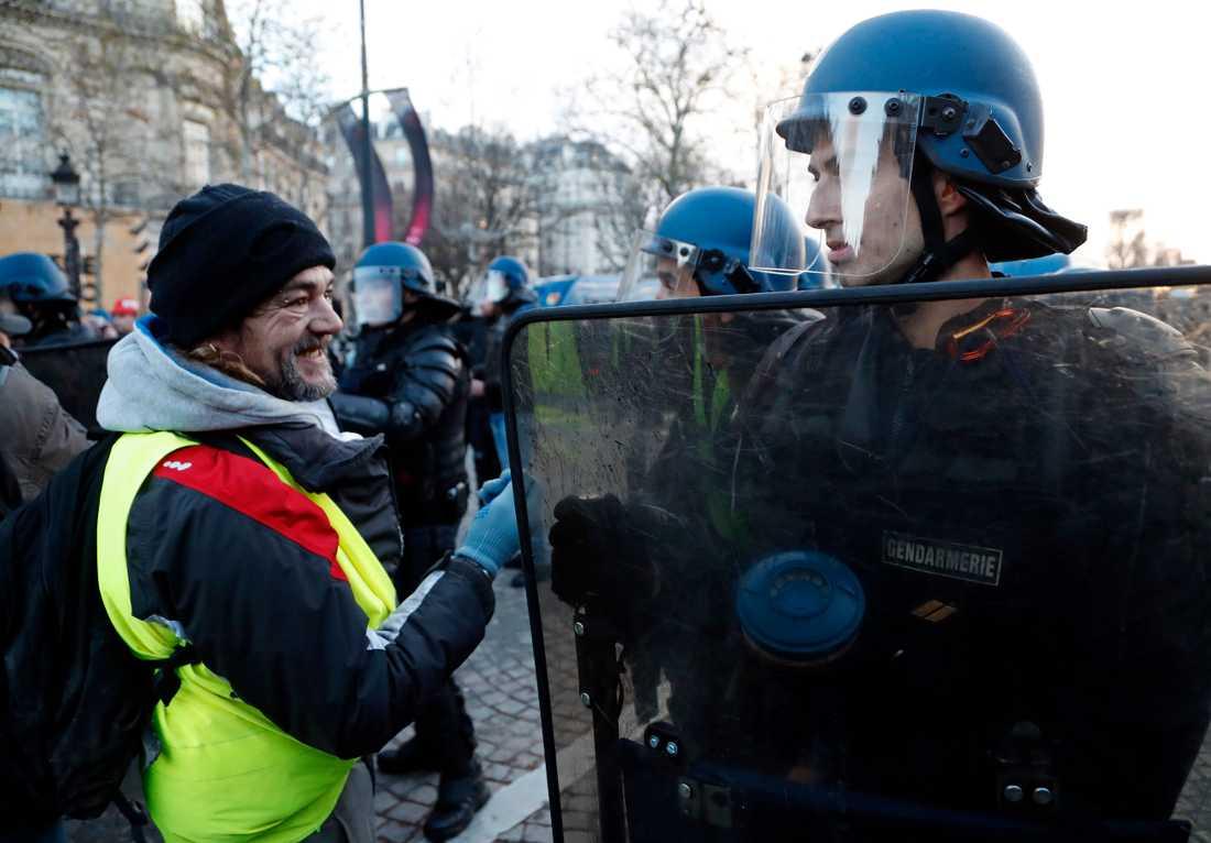 Kravallpolis möter Gula västar på Champs-Élysées.