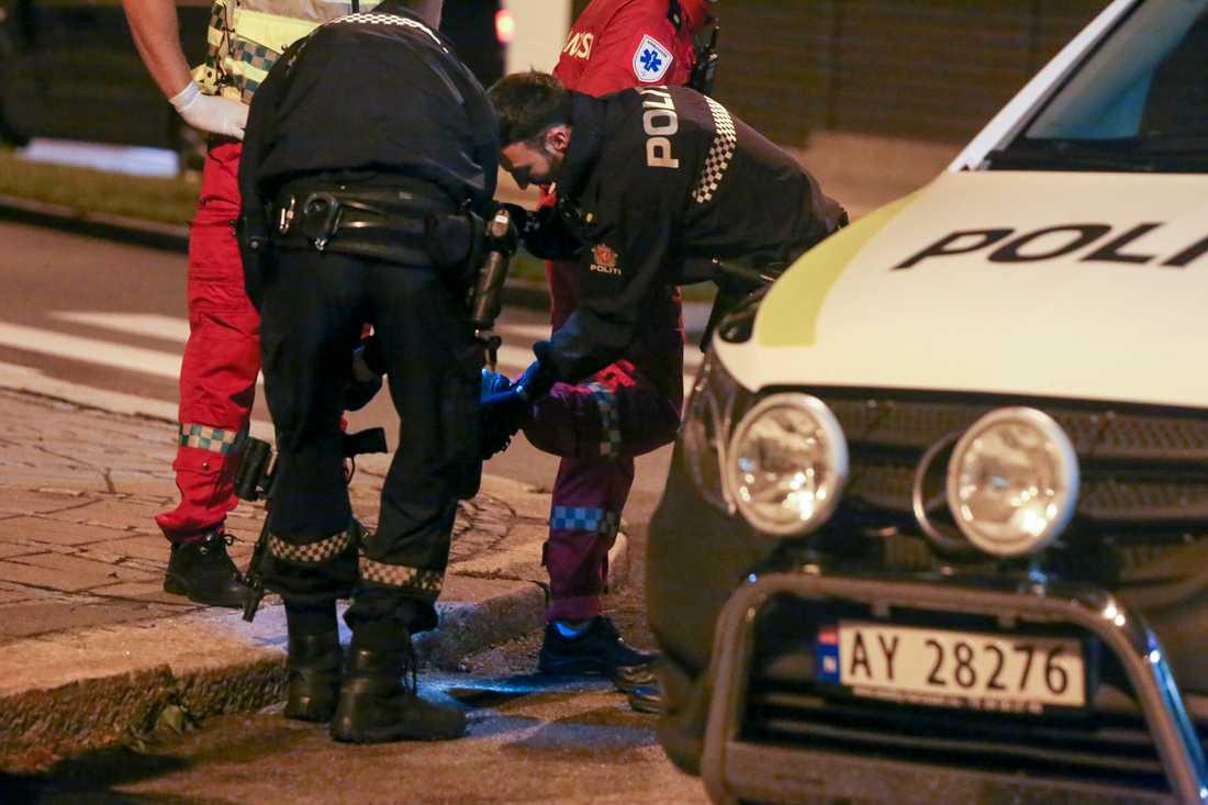 Tre kvinnor blev knivstuckna i norska Sarpsborg sent på tisdagskvällen. En av dem har avlidit av sina skador.