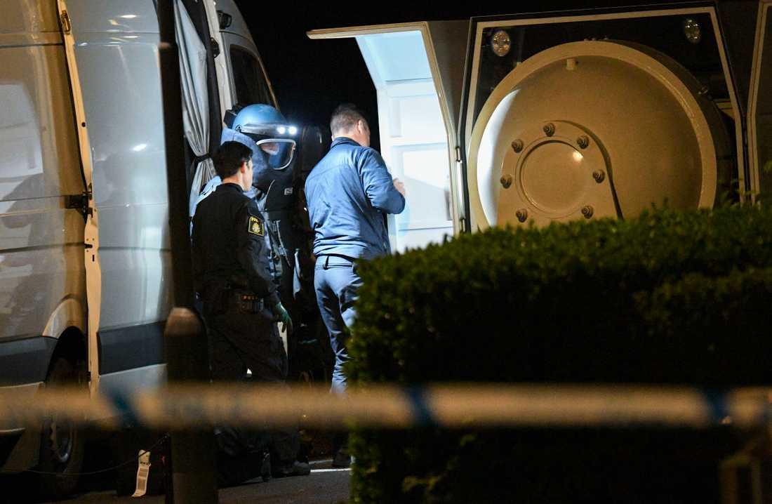En hemmagjord bomb har hittats i ett trapphus i Malmö.