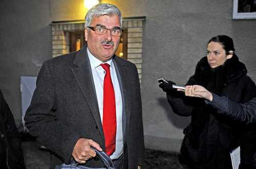 Håkan Juholt på väg till mötet med S verkställande utskott.
