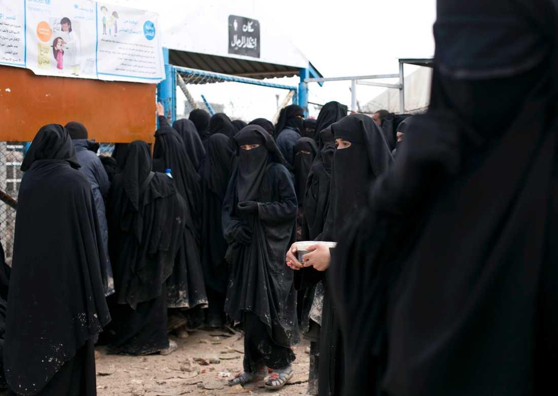 På bilden syns kvinnor i fånglägret al-Hol i Syrien. Personerna på bilden har ingen koppling till artikeln. Arkivbild.