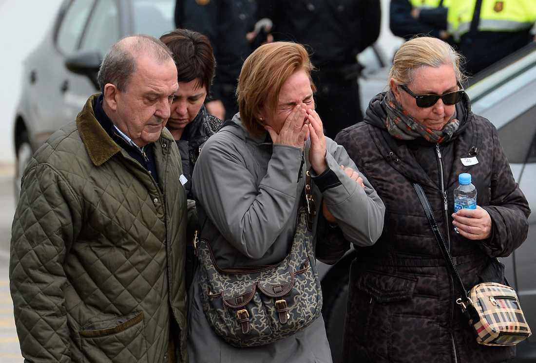 Gråtande människor samlas vid flygplatsen i Barcelona.