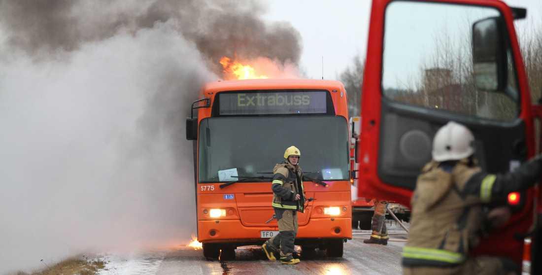 En buss började brinna vid Mosås utanför Örebro. Ingen skadades.