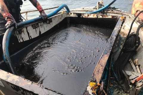 Det är oklart hur mycket olja som läckt ut från Makassar Highway. – Det kommer att ta lång tid innan vi kan räkna med att detta är över, säger Kustbevakningens Patrik Lindén.