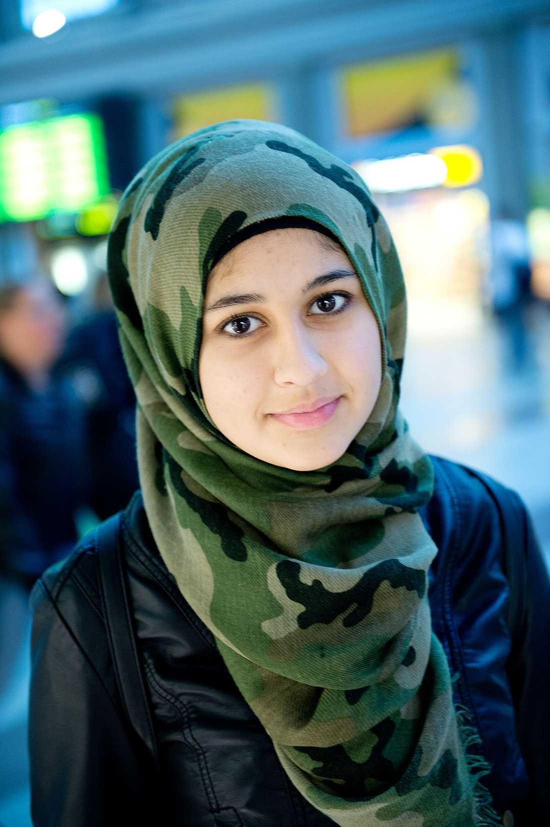 Är du för kvotering? Omeymah Kilani, 18, student, Stockholm:  – Absolut. Kvinnor har lika mycket hjärta och hjärna. Det behövs nya perspektiv och kvinnor tänker på ett annat sätt än vad män gör.