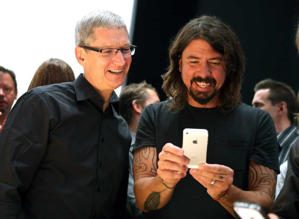 Foo Fighters sångare och gitarrist Dave Grohl testar nya Iphone 5 bredvid VD:n Tim Cook.