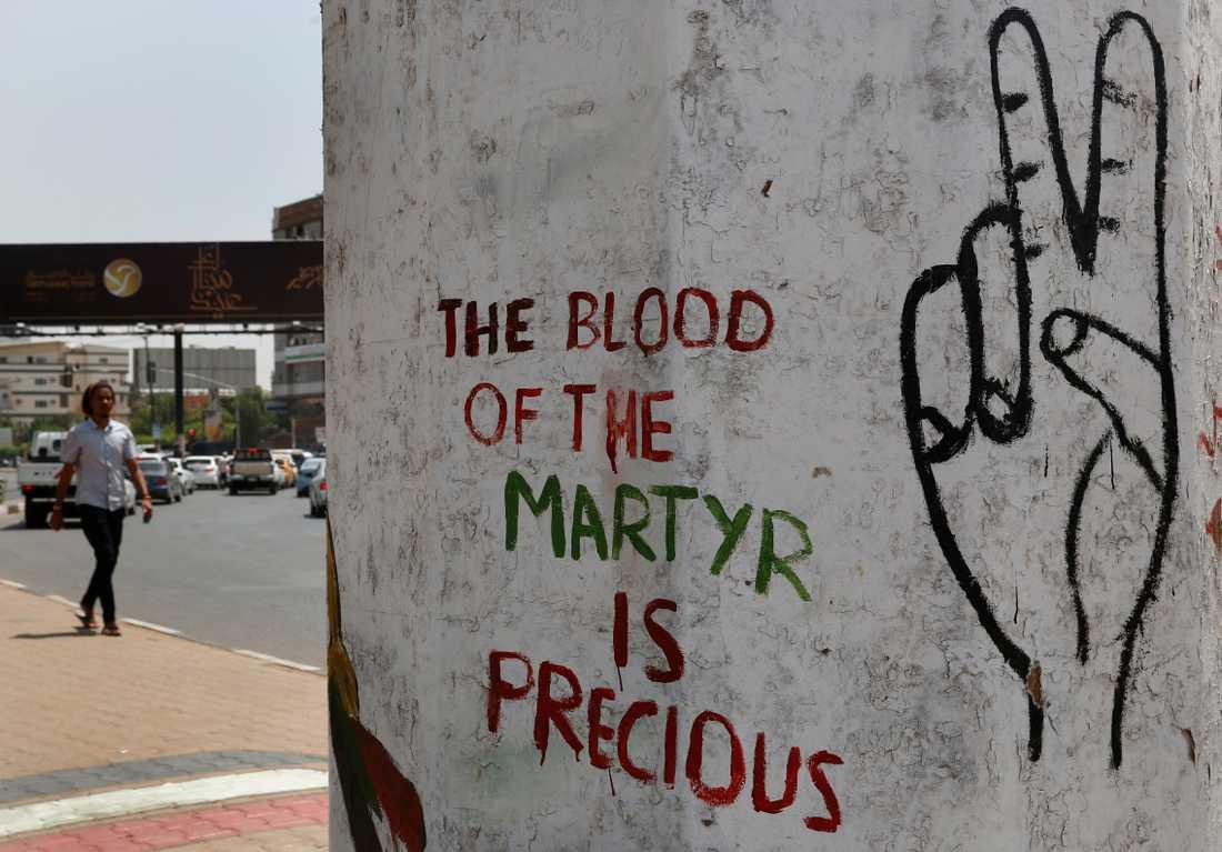 Citat från den sudanesiska oppositionen klottrat på en vägg i huvudstaden Khartum efter oroligheterna den 3 juni då dussintals människor dödades. Arkivfoto.