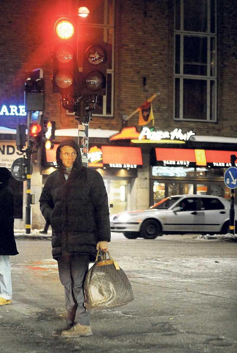 Det är rött ljus för svenska folkets nya schlagerfavorit – Dolph Lundgren. SVT:s, och hans egna, planer sätter stopp för Hollywoodstjärnans direkta medverkan på Melodifestivalens scen på lördag. I går kväll sågs Dolph strosa omkring på Södermalm i Stockholm på väg till en restaurang för att äta middag tillsammans med en bekant.