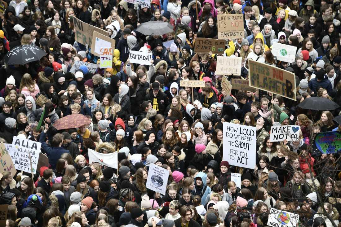 Hundratals ungdomar har samlats på Sergels torg i Stockholm.