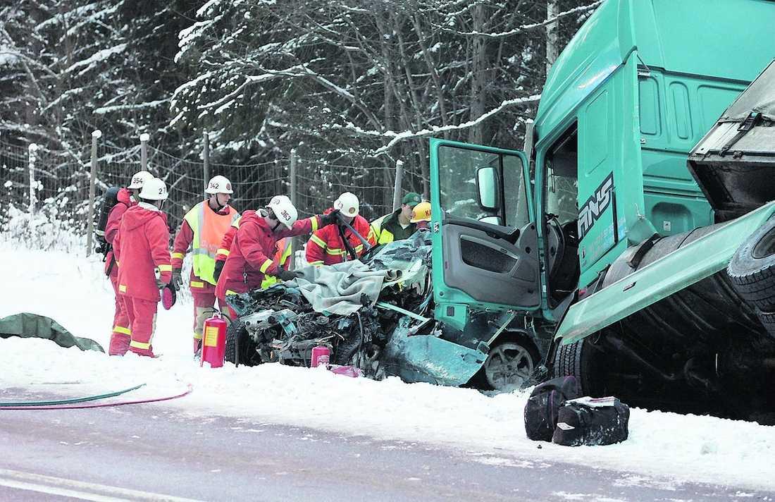 5 januari 2008, riksväg 83, Arbrå De tre 19-åriga kompisarna var på väg hem efter en skidresa till fjällen. Bilen kom över på fel sida av vägen och frontalkrockade med en lastbil. Alla tre dog.