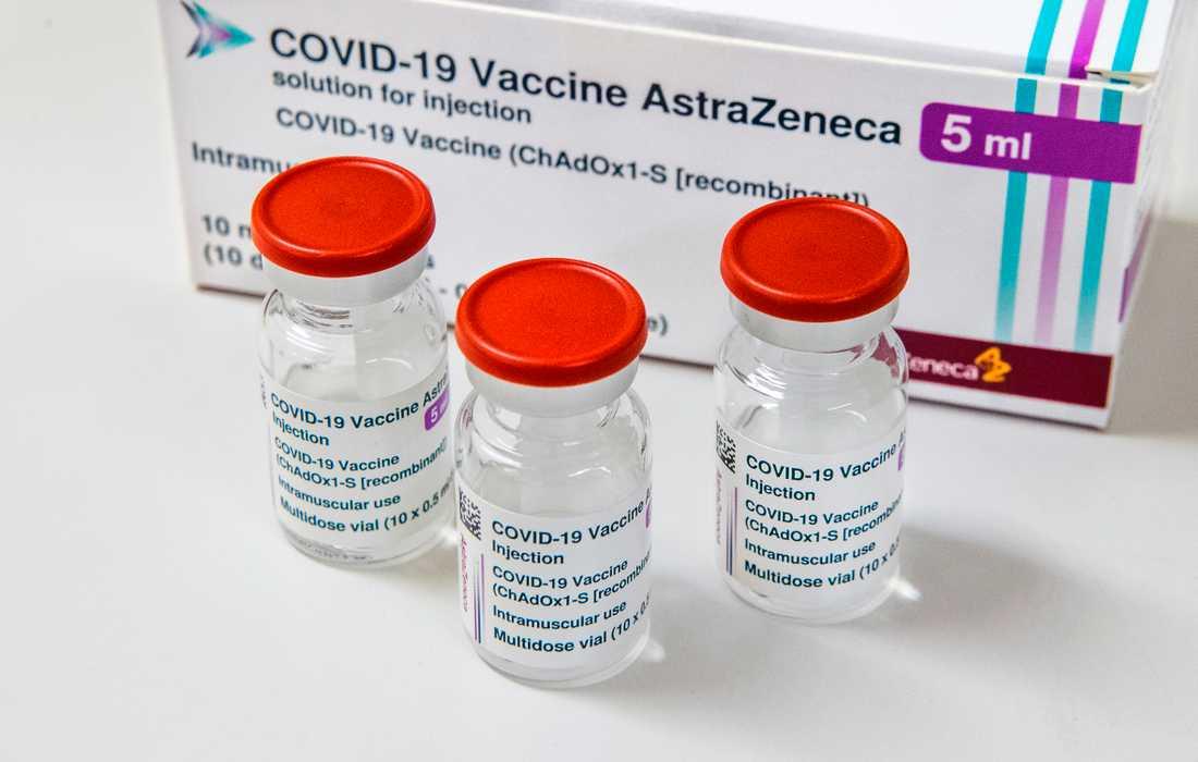 Tre flaskor med Astra Zenecas vaccin mot covid-19