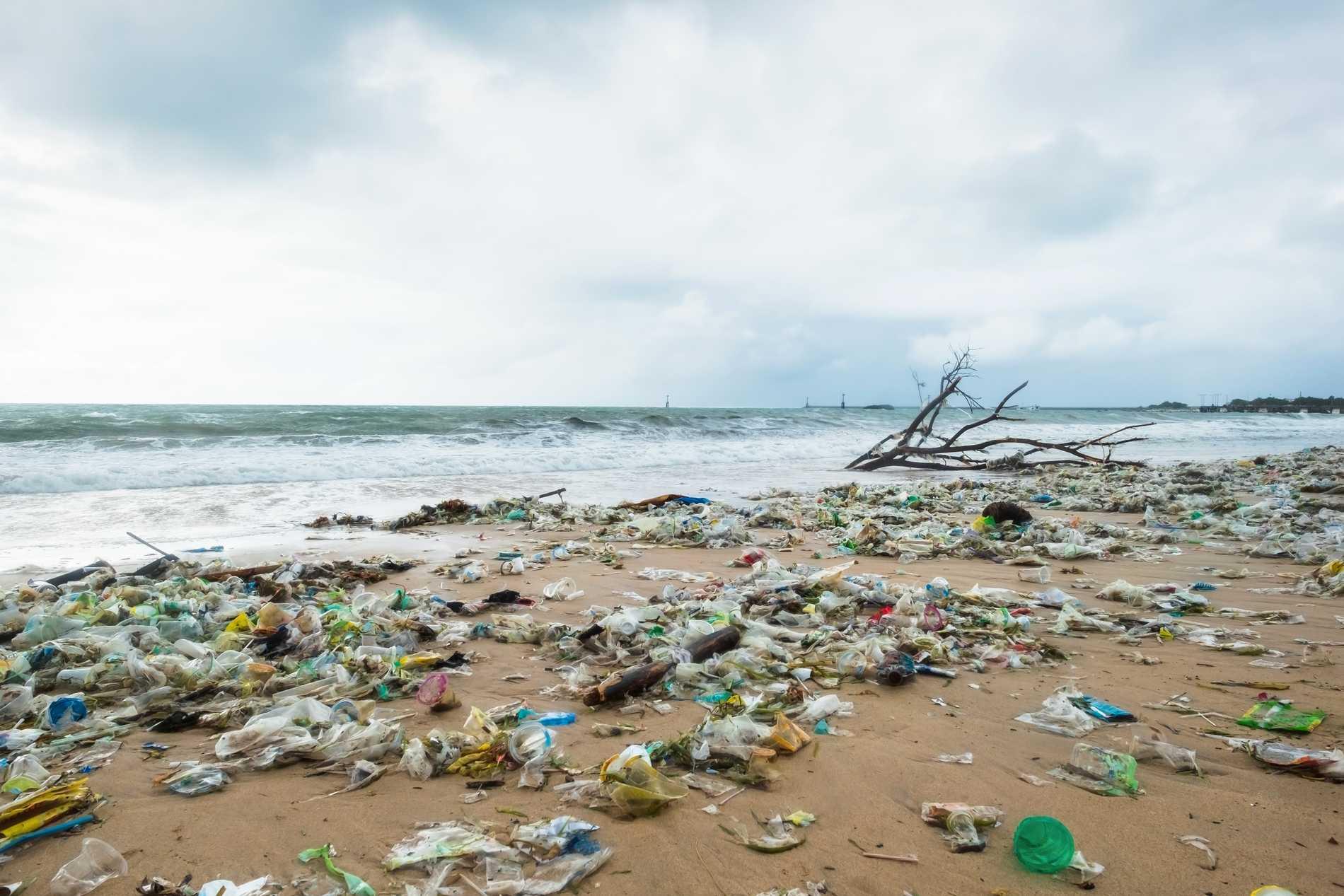 Skräp tar över Balis stränder.