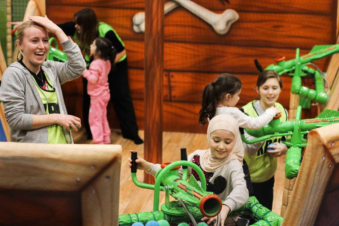 35 volontärer var på plats så att alla barn skulle ha någon att leka med.