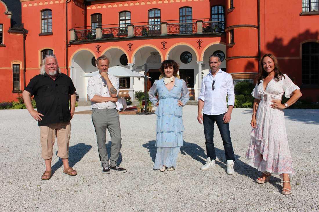 """Årets medverkande i """"Stjärnorna på slottet"""": Kjell Wilhelmsen, Ernst Billgren, Shima Niavarani, Ola Rapace och Charlotte Perrelli. Pressbild."""