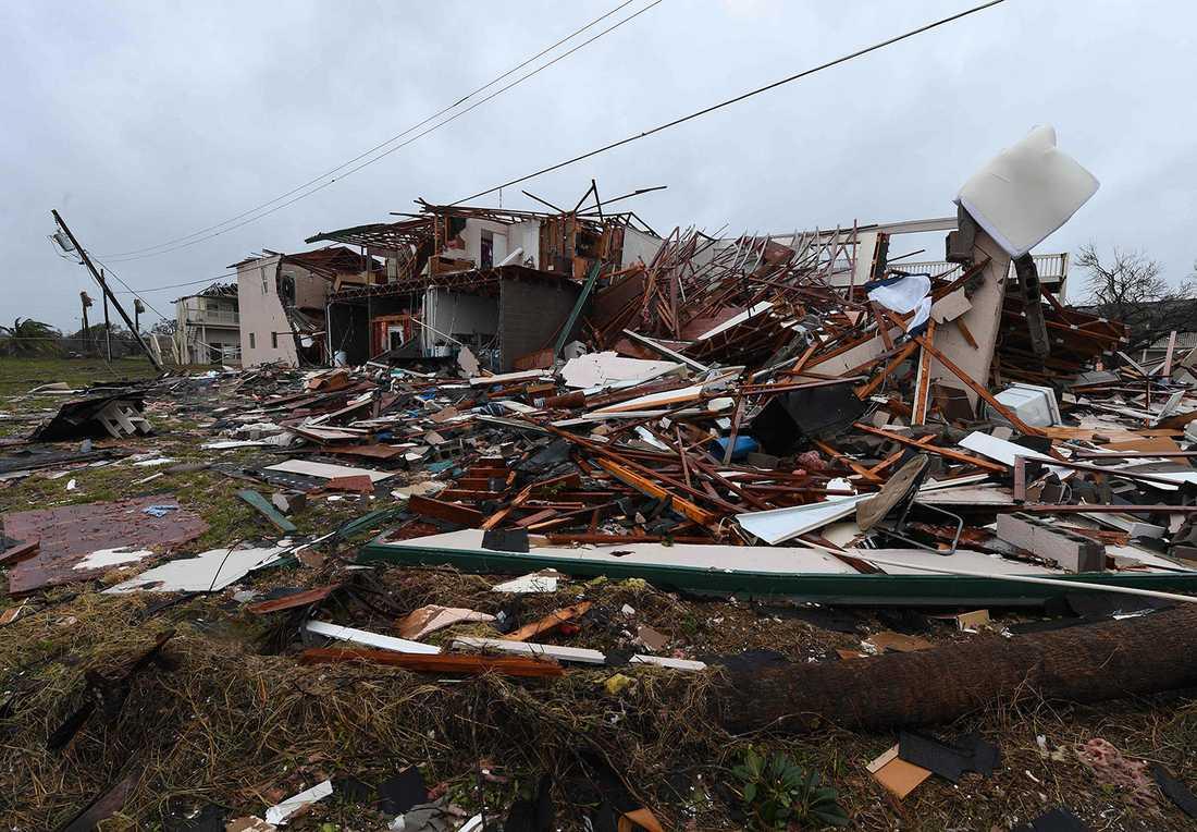 Ett tvåvåningshus i Rockport har rasat i stormen.