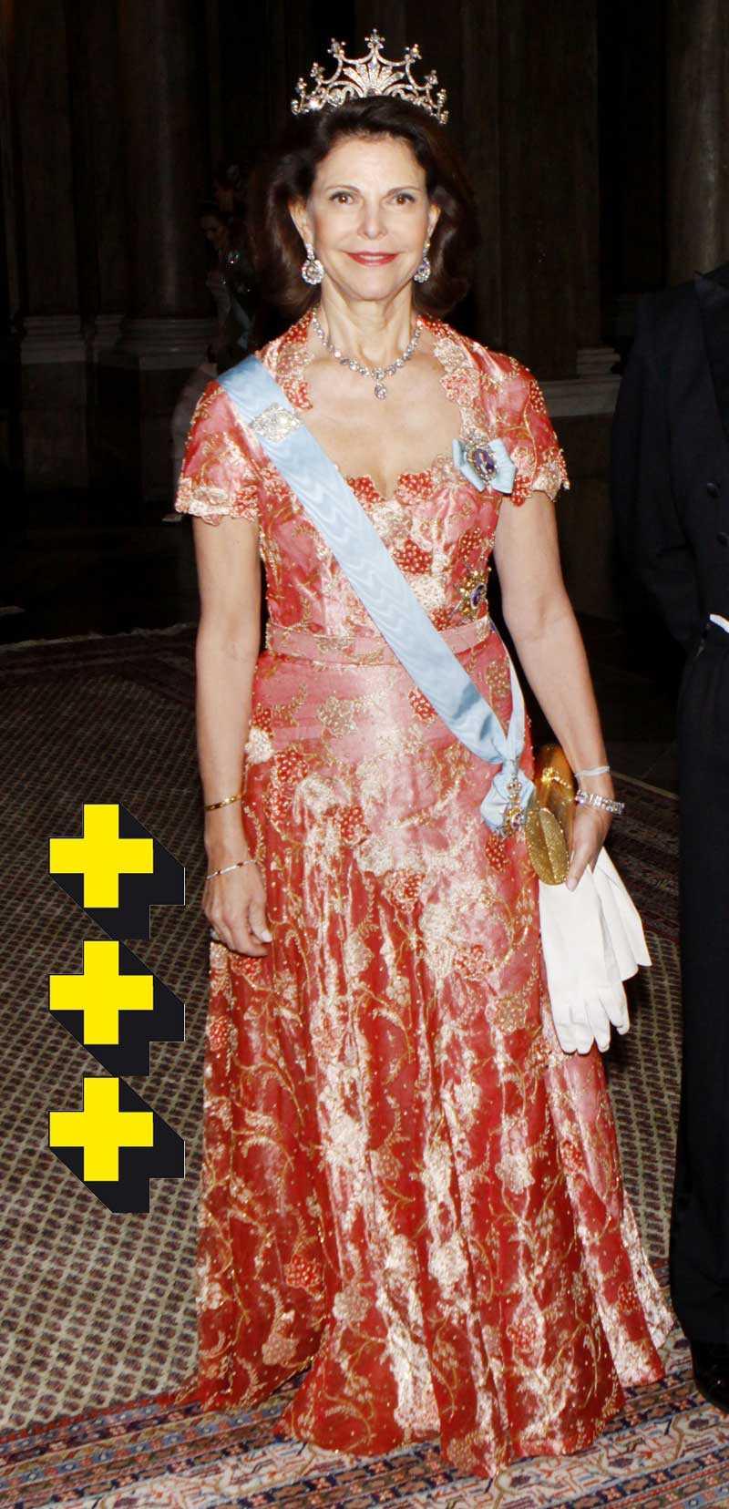 Drottning Silvia bar en liknande modell som under själva Nobelfesten. Fast här var det mycket mera färg och broderier. Jag gillade absolut den mer sobra varianten även om drottningen klär mycket bra i starka färger. Men här blev det tyvärr lite mycket av allt.