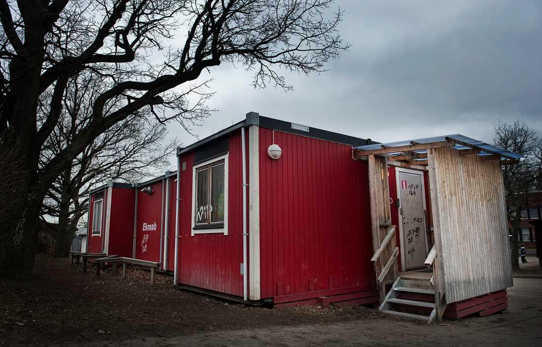 Skräckexemplet? På Slättgårdsskolan i Bredäng kan barnen inte duscha efter idrotten längre. Man har nämligen hittat svamp i baracken som ska fungera som omklädningsrum. I fyra år man haft gympa i ett trasigt tält. Först nu har politikerna bestämt sig för att göra något åt saken.
