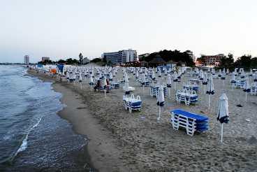 På natten ligger stranden öde.