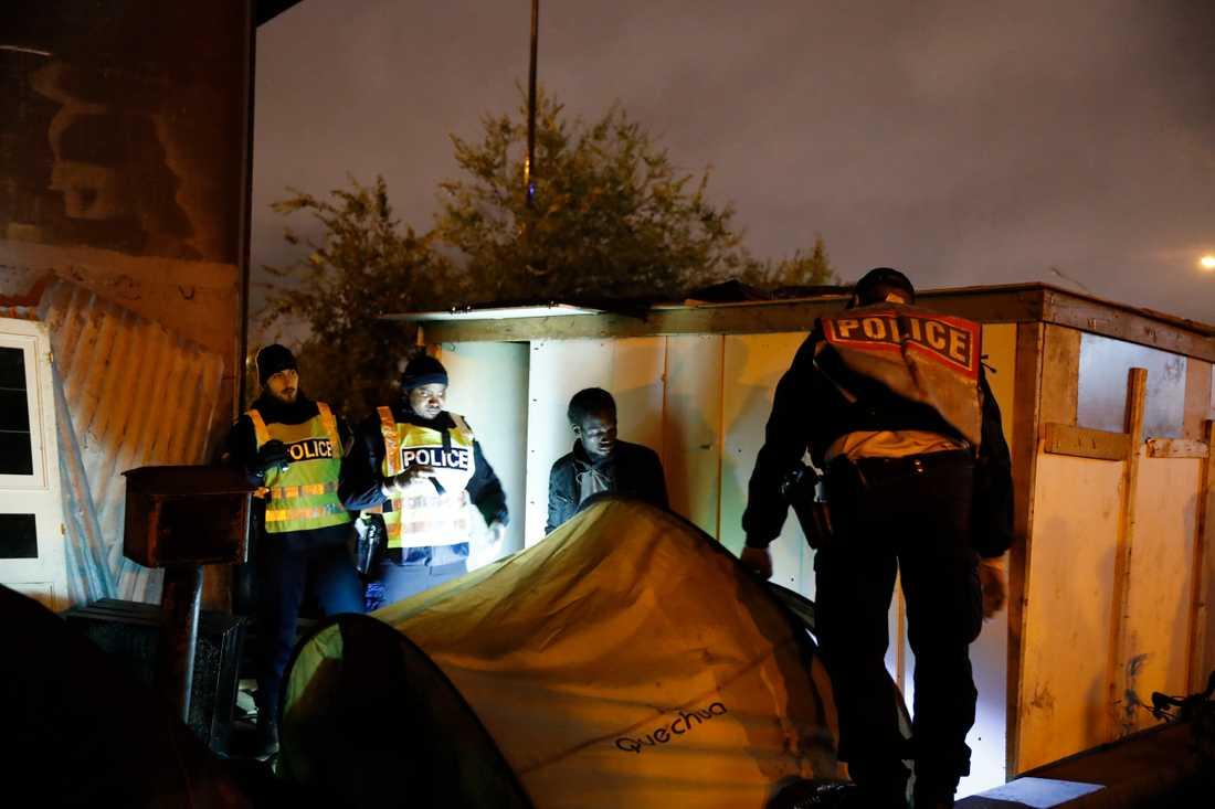 Polisen tömde lägret i norra Paris på flera hundra personer.